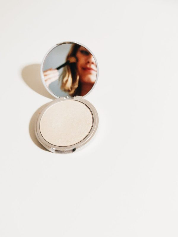 Poudre maquillage compacte comment choisir et comment bien l'appliquer 1