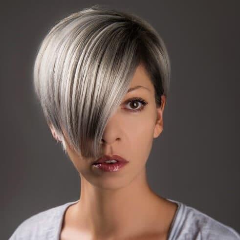 Femme avec une coupe courte tendance avec une mèche à l'avant du visage