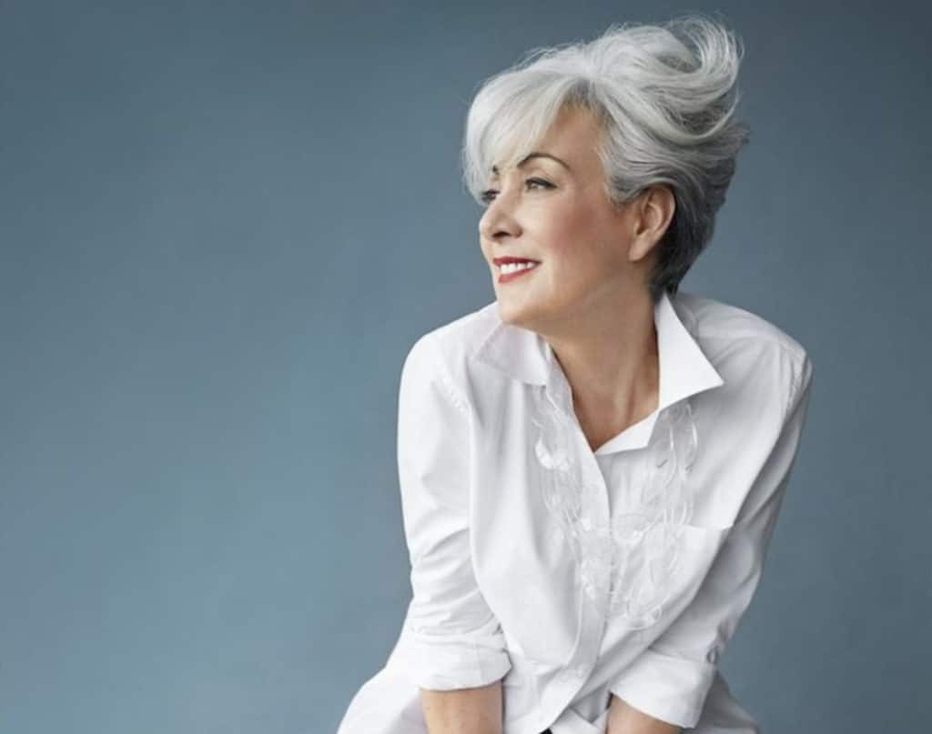 femme de 60ans cheveux court