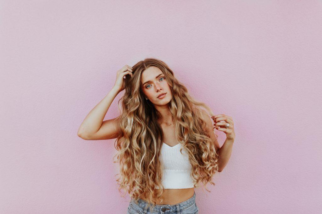 Cheveux longs bouclés