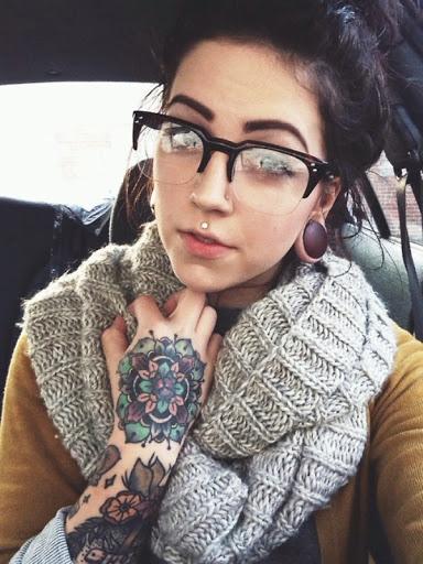 tatouage main fleur
