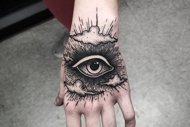 tatouage original sur la main