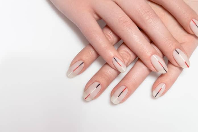 tutoriel pour nail art minimaliste