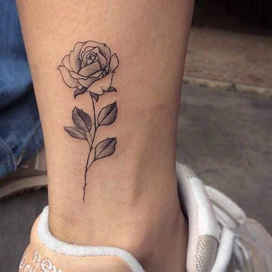 mujer tatuaje rosa