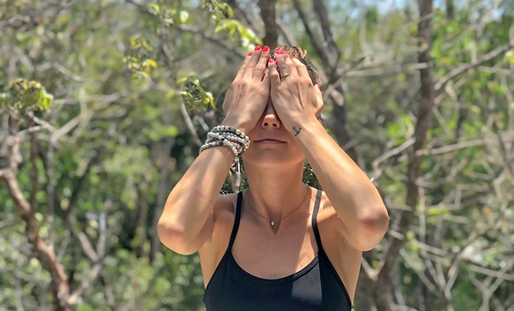 Palming yoga des yeux via yogiapproved