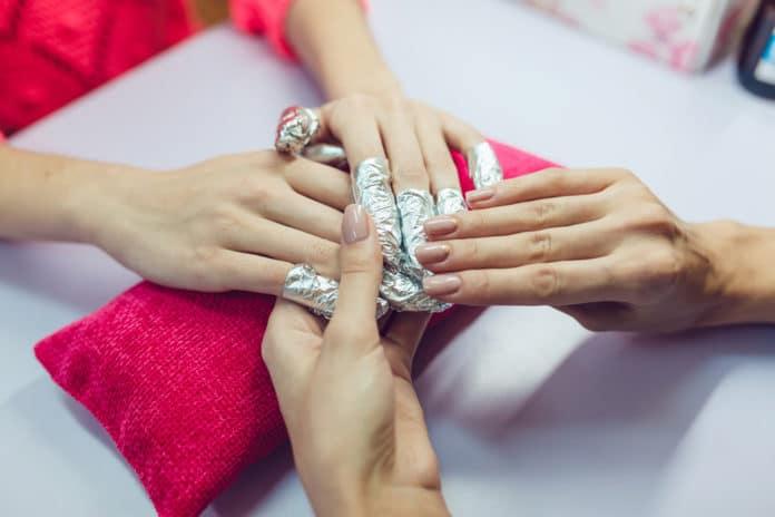 Comment enlever des faux ongles