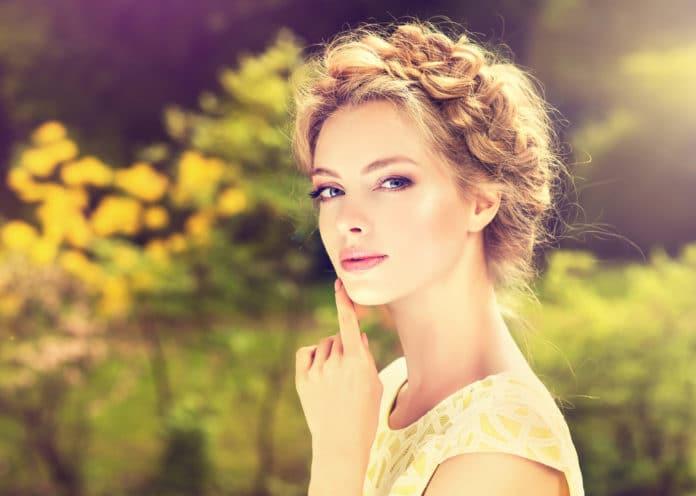 20 idées de coiffure d'invitée de mariage