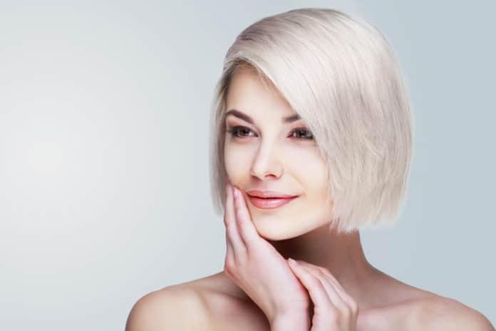 Teinture blanche pour cheveux conseils et faux pas à éviter