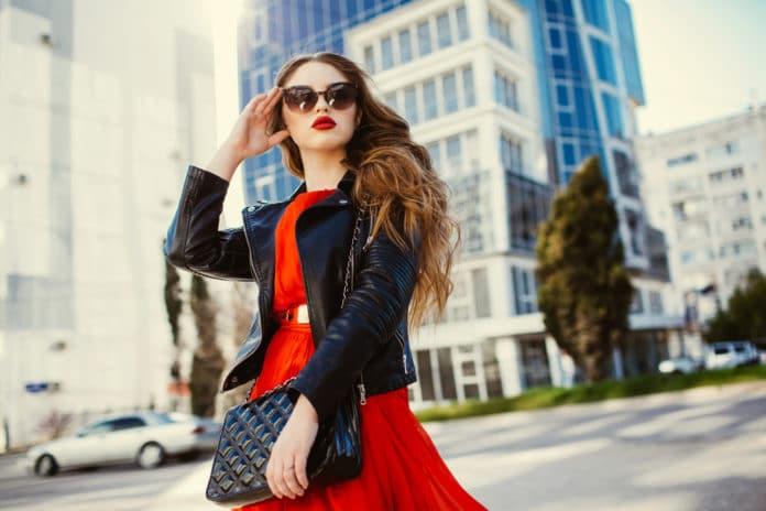 Comment porter la robe rouge en restant chic et tendance